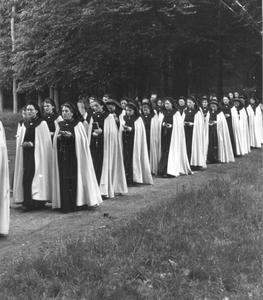 102055 Op weg naar de begraafplaats van zuster Magdalena Hendriks
