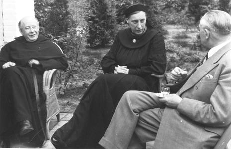 102060 De pater met zuster-mater in conversatie in de kloostertuin (het Sieraad) te Utrecht