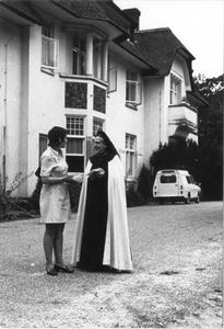 102063 Zuster Possidia in gesprek met een stagiaire in het klooster te Hilversum