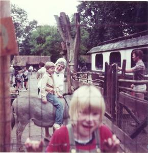 102064 Zuster Claire met kinderen in een speeltuin te Utrecht