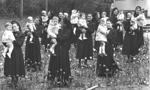 102065 Uit met kinderen in het bos te Hilversum