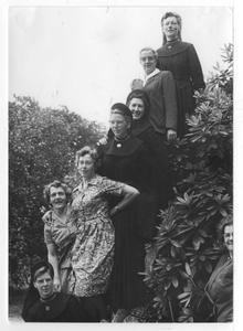 102067 Zusters met oud-leerlingen van het Hof te Hilversum