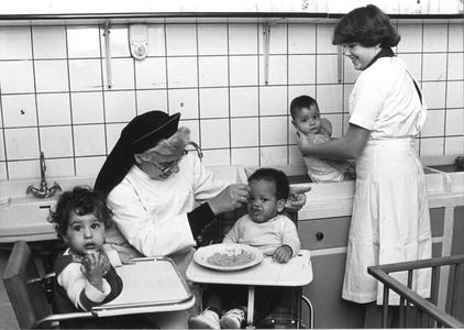 102070 Zuster M. Paule met stagiaire in de kinderopvang te Hilversum