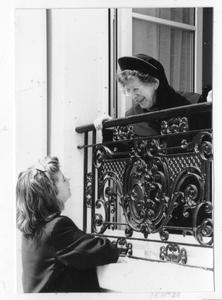 102071 Zuster Andrea in gesprek met een voorbijganger te Arnouville les Gonnesse (Frankrijk)