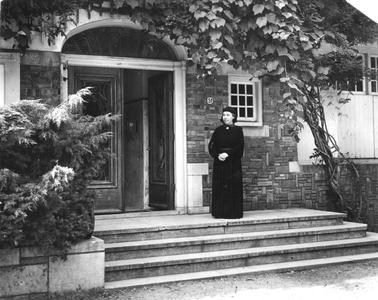 102072 Zuster Christina op de foto voor de nieuwe woning in het nieuwe habijt, Hilversum