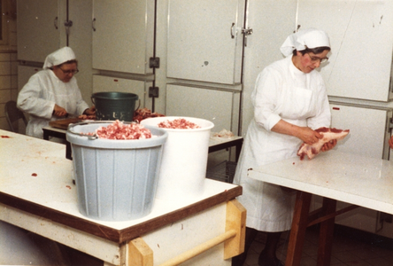 102078 Een geslacht varken wordt door de zusters verwerkt in het klooster te Hilversum