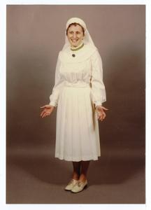 102082 Zuster Mariette van de Stad Gods te Hilversum in de nieuwe zomerse kledij van de congregatie