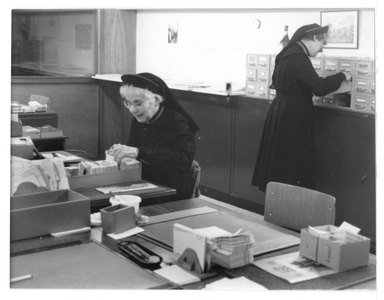 102084 Kantooruimte van de zusters werkzaam in de Stad Gods te Hilversum