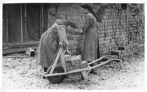 102086 Zusters hebben de taak van opperman tijdens de bouw van de nieuwe kapel te Hilversum