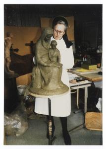 102087 Zuster van der Lee bezig met haar beeld 'Zetel der Wijsheid'