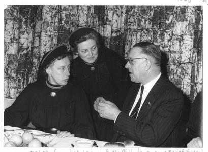 102104 De burgemeester met mater Augustina van Reijsen en priorin Van Mil tijdens de viering van het 25-jarig jubileum ...