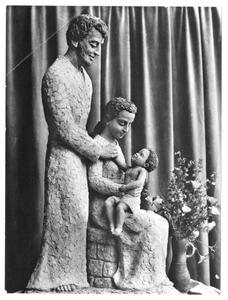 102137 Beeld van de H. familie gemaakt door zuster Marie José van de Stad Gods te Hilversum