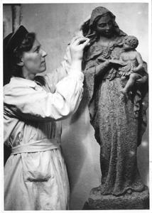 102139 Beeld van de H. Madonna gemaakt door zuster Marie José van de Stad Gods te Hilversum