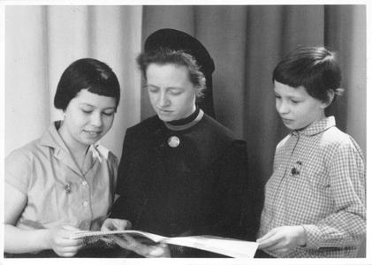 102141 Zuster Angeline leest in Valkenswaard voor aan kinderen