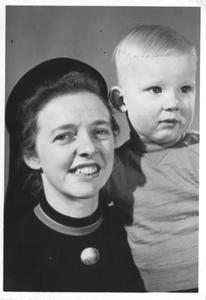 102142 Zuster Angeline poseert met een kind te Valkenswaard
