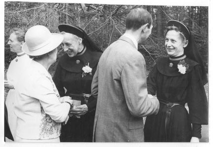 102145 Zuster Augustina draagt de overste titel over aan zuster Jehanne te Hilversum