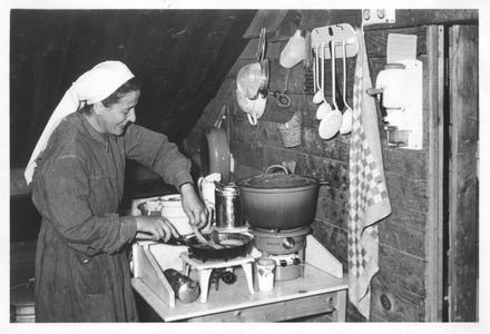 102148 De keuken van het klooster te Valkenswaard is niet bepaald luxe