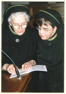102155 In het kader van het 70-jarig bestaan van de congregatie wordt het feestprogramma nog even doorgenomen door ...