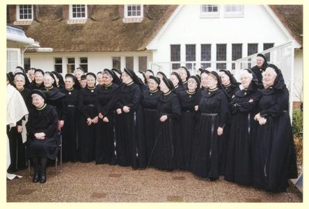 102157 Na de mis gaat de viering van het 70-jarig jubileum van de congregatie buiten in Hilversum door