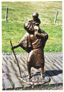 102158 Zuster Marie-José heeft voor de KRO een Christoffel-beeld gemaakt om uit te reiken aan de beste parochie van het jaar