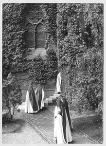 102160 Via de binnenplaats van het klooster te Maastricht lopen de zusters naar de kapel