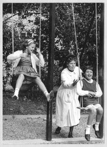 102162 Met kinderen naar de speeltuin te Maastricht