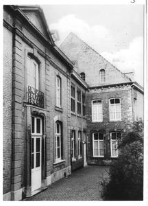 102168 Binnengang van het klooster te Maastricht naar de tuin van de kinderafdeling
