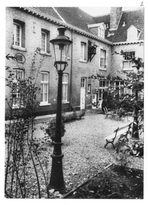 102169 Binnenplaats van het klooster te Maastricht
