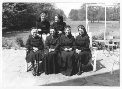 102177 Groepsfoto van een aantal zusters van het convent te Hilversum