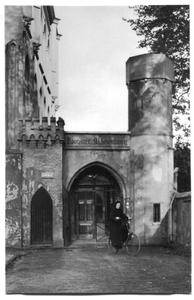 226014 Zuster te fiets nabij de poort van klooster Mariënburg te Nijmegen