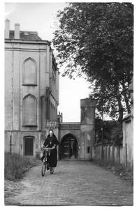 226015 Zuster Margriet-Marie Schweigman te fiets nabij klooster Mariënburg te Nijmegen