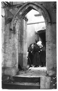 226017 Zusters bij hun vertrek uit klooster Mariënburg te Nijmegen
