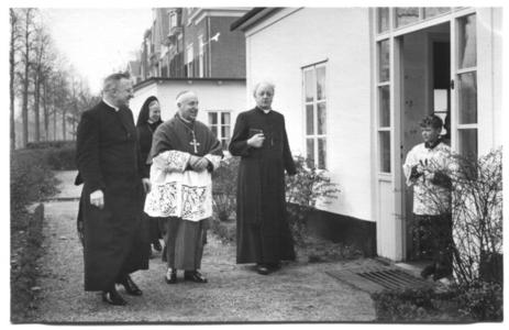 226024 Inwijding van het zusterhuis aan de Canisiussingel te Nijmegen, met bisschop Wilhelmus Mutsaerts