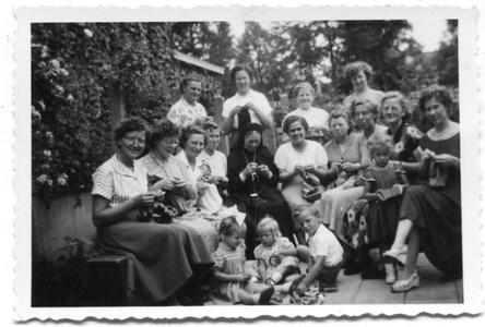 226030 Handwerken met zuster Pierre Damien du Passage
