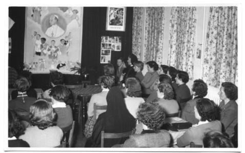 226033 Voorstelling ter gelegenheid van de verjaardag van paus Pius XII