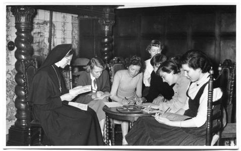 226036 Zuster Leonie geeft catechismus-les in het huis aan de Canisiussingel te Nijmegen