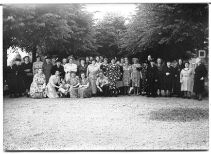 226041 Uitstapje van Nijmeegse zelatricen naar Renswoude met zuster Jeanne Hekking