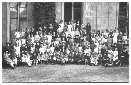 226043 Kinderen bij klooster Mariënburg te Nijmegen