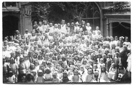 226044 Kinderen bij klooster Mariënburg te Nijmegen