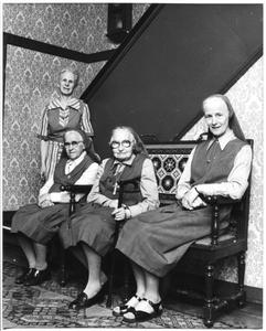 226062 Vier van de laatste zes zusters in Nijmegen: Marguerite-Marie Schweigman, Teresia Çutka, Julienne Vierendeel en ...