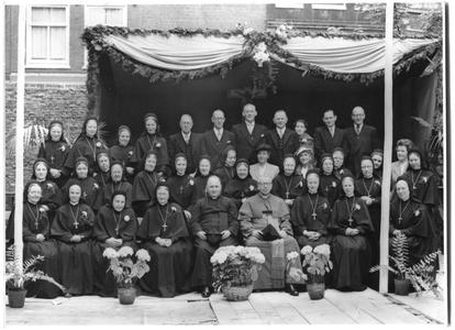 226064 Groepsportret ter gelegenheid van het 25-jarig bestaan van het zusterhuis aan de Egelantiersgracht te Amsterdam