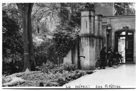 226117 Zusters per fiets vanuit klooster Mariënburg te Nijmegen naar het werk