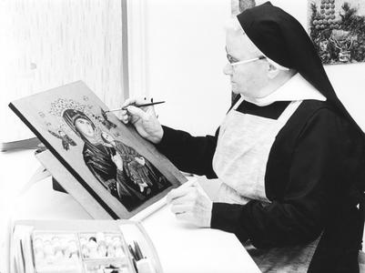 200006 Zuster restaureert een icoon in de priorij te Heesch