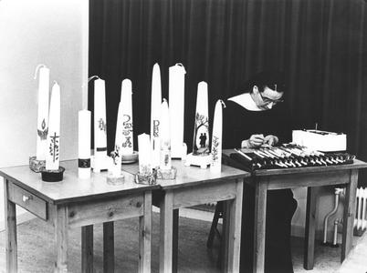 200011 Zuster met kaarsen in de weer in de priorij Fons Vitae te Heesch