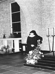 200017 Zuster verzorgt de planten en bloemen in de kapel te Heesch