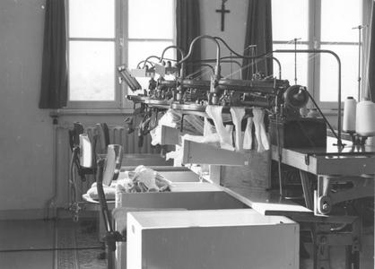 200044 Zusters werken in hun priorij te Heesch voor de sokken- en kousenfabrikant Jansen de Wit uit Schijndel