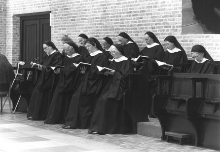 200049 Vijf keer per dag komen de zusters samen voor gebed in de kapel van de priorij te Heesch