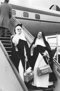 200050 Vertrek van enkele zusters van de priorij Heesch naar Tororo (Uganda)