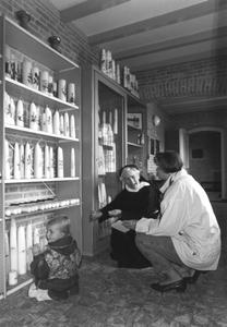 200056 Verkoop van kaarsen in winkel van priorij Fons Vitae te Heesch