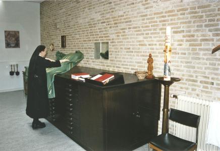 200088 Zuster legt de paramenten klaar in de sacristie van priorij Fons Vitae te Heesch